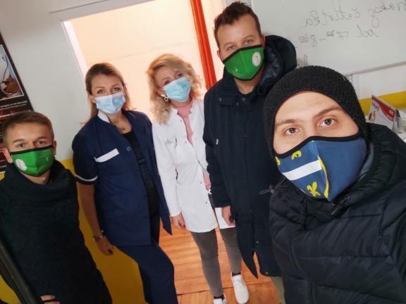 (FOTO) NISTE SAMI! Omladina u posjeti zdravstvenim radnicima
