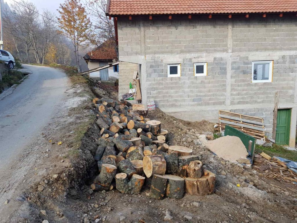 (FOTO) Mještani Duba sa svojim prijateljima i imamom zbrinuli nanu Zehidu Mehić