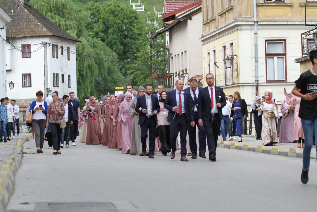 (FOTO) Maturanti Elči Ibrahim-pašine medrese prodefilovali Travnikom