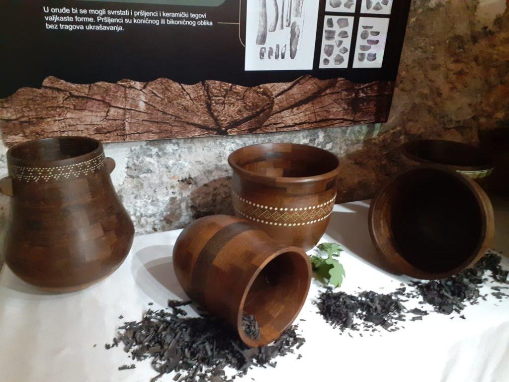 """(FOTO) TRAVNIK / Otvorena izložba """"Novi život starog hrasta"""""""