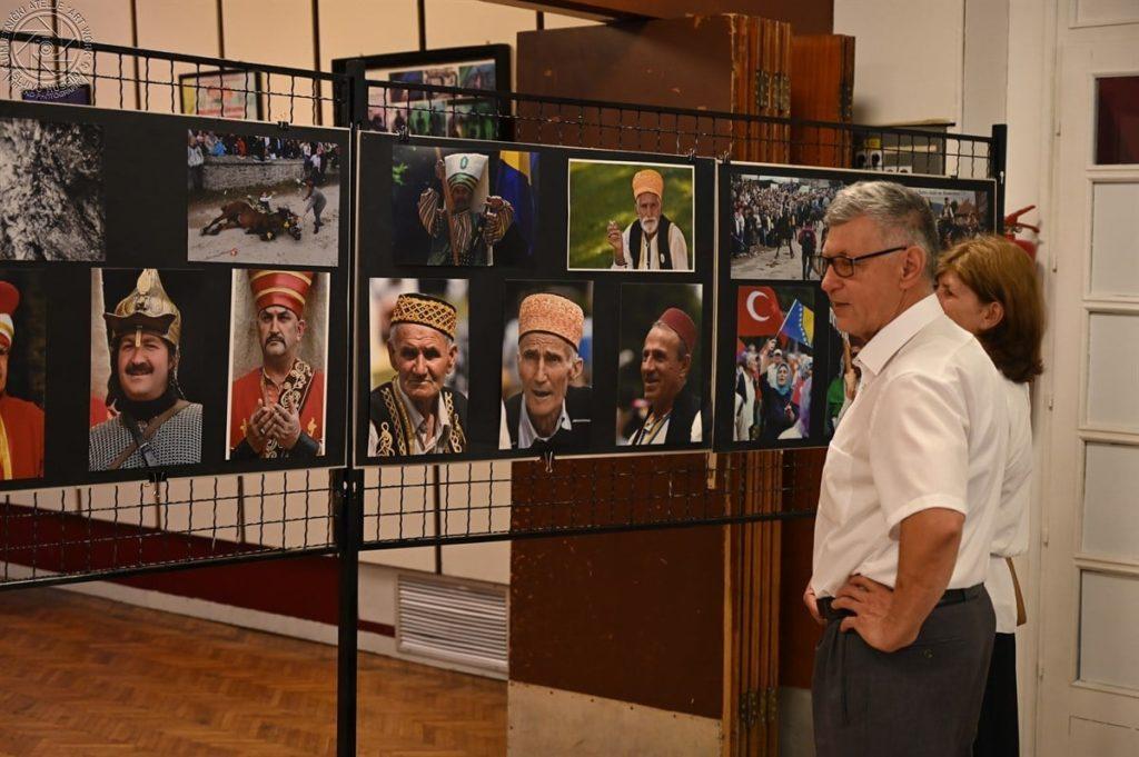 """Izložba """"Na tragu svjetlosti Ajvatovice"""" i gostovanje Sarajevske filharmonije oduševili Travničane"""
