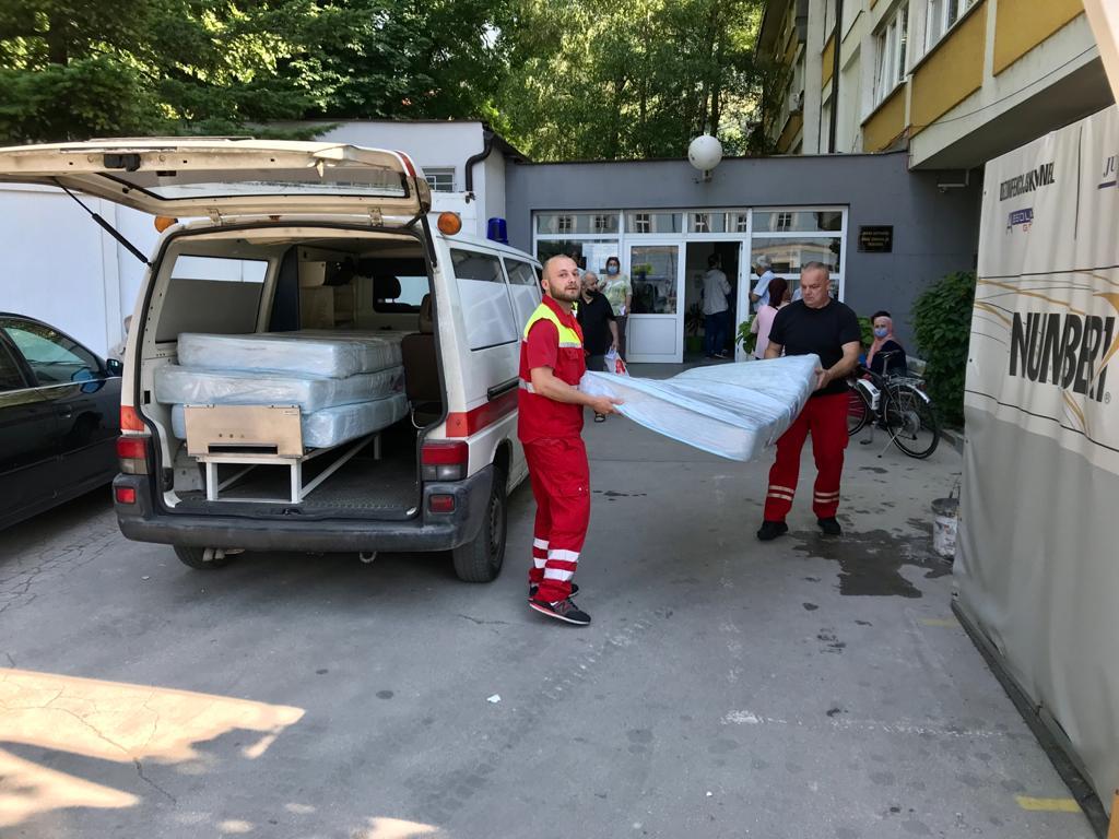 Organizacija Pomozi.ba Službi za hitnu medicinsku pomoć donirala madrace