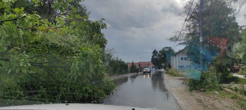 (foto) vozači oprez / blokirana jedna traka na putu pored stadiona u mjestu dolac