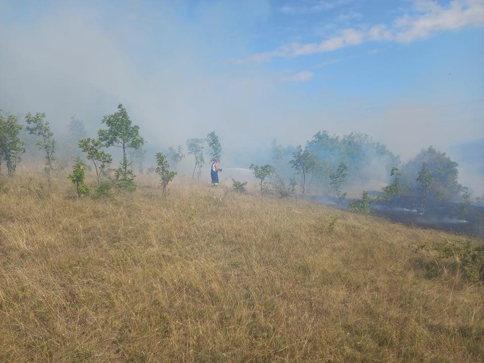 TVJ Travnik jučer gasila požar u Bilićima/ Nesavjesni građani ne mare za upozorenja i dalje pale...