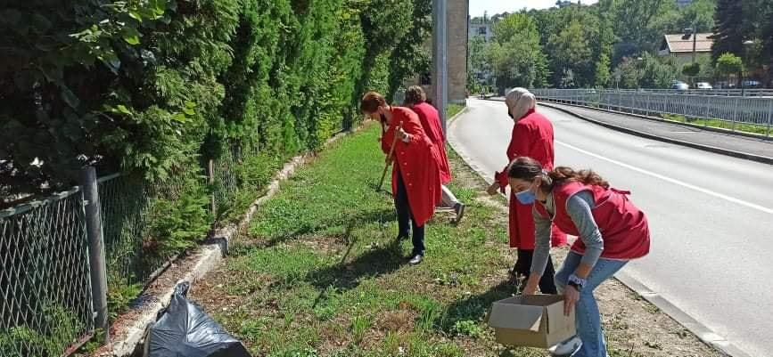 (FOTO) Uposlenici JU obdanište Travnik uzeli učešće u akciji čišćenja grada