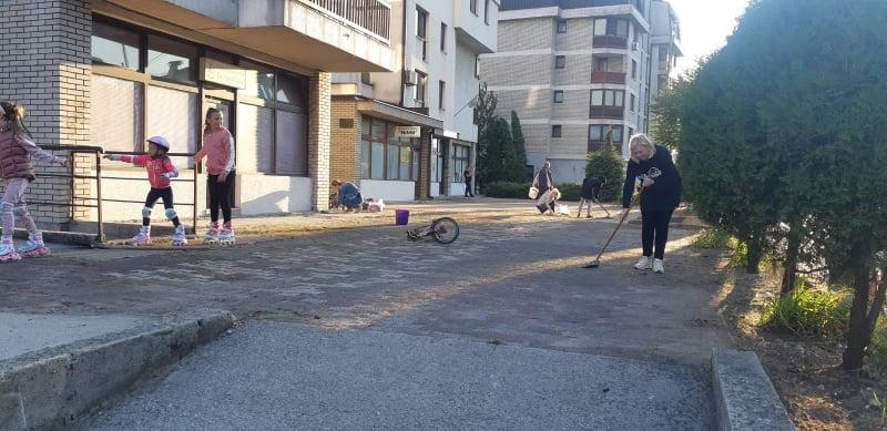 """(FOTO) Stanari zgrade """"Rozencvajg"""" nakon radne akcije odmorili uz kafu"""