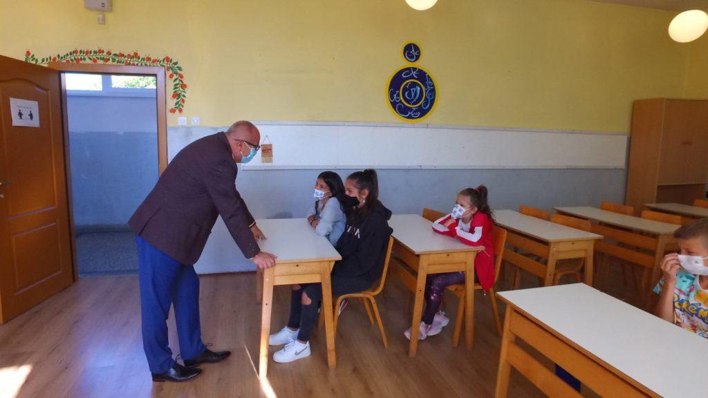 (FOTO) Dautović djeci romske nacionalnosti podijelio ruksake i školski pribor