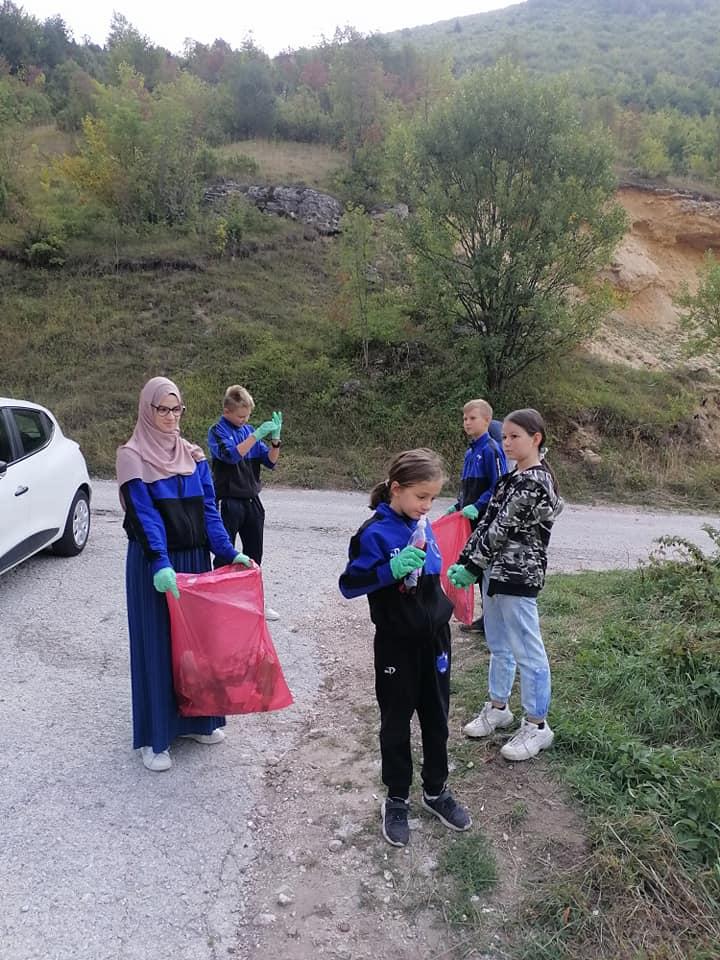 (FOTO) U akciji čišćenja puta Ovčarevo-Galica prikupljeno 60 vreća otpada!