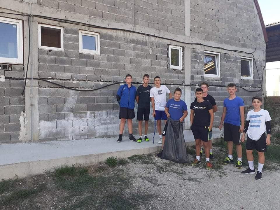 (FOTO) Džudisti i rukometaši iz Nove Bile čistili oko dvorane