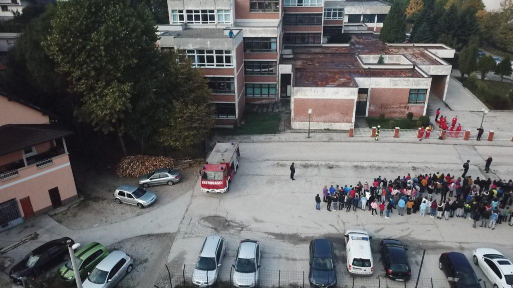 (FOTO/VIDEO) U OŠ Travnik realizovana pokazna vježba/ Za manje od 15 minuta preko 400 učenika uspješno evakuisani!